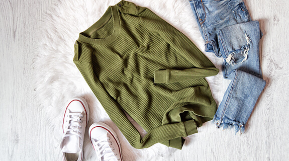 Mode in der Trendfarbe Green Olive